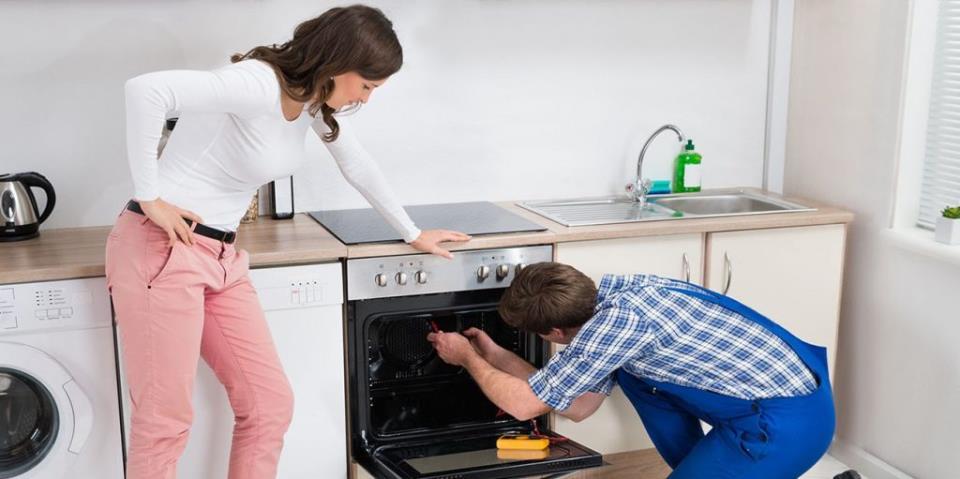 Ремонт дверцы духовки газовой или электрической плиты: основные признаки и причины подобной поломки и как устранить эту проблему с печью своими руками?