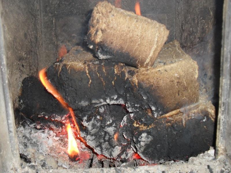 Чем топить печь кроме дров: сравниваем альтернативные виды топлива