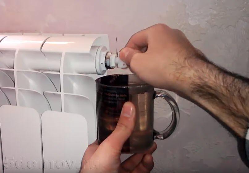 Сброс воздуха из системы отопления: виды спуска, причины образования пробок, методы удаления и прокачки отопления