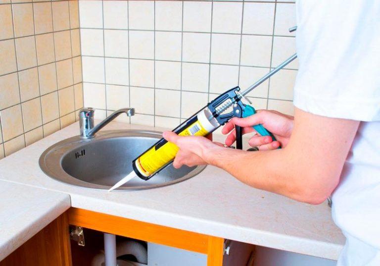 Как установить мойку на кухне в столешницу и закрепить ее своими руками