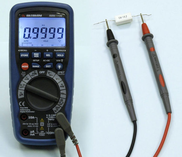 Как измерить напряжение мультиметром в розетке