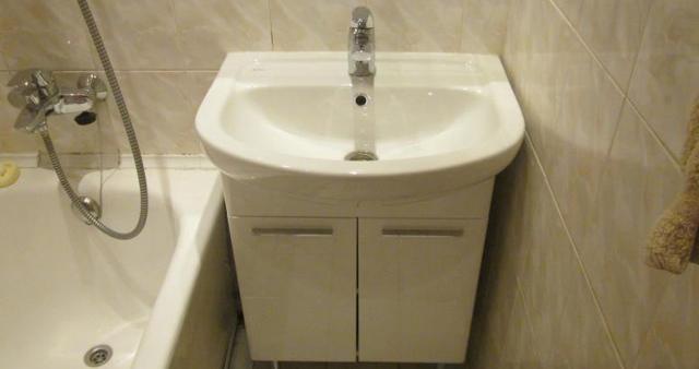 Установка тумбы с раковиной в ванной