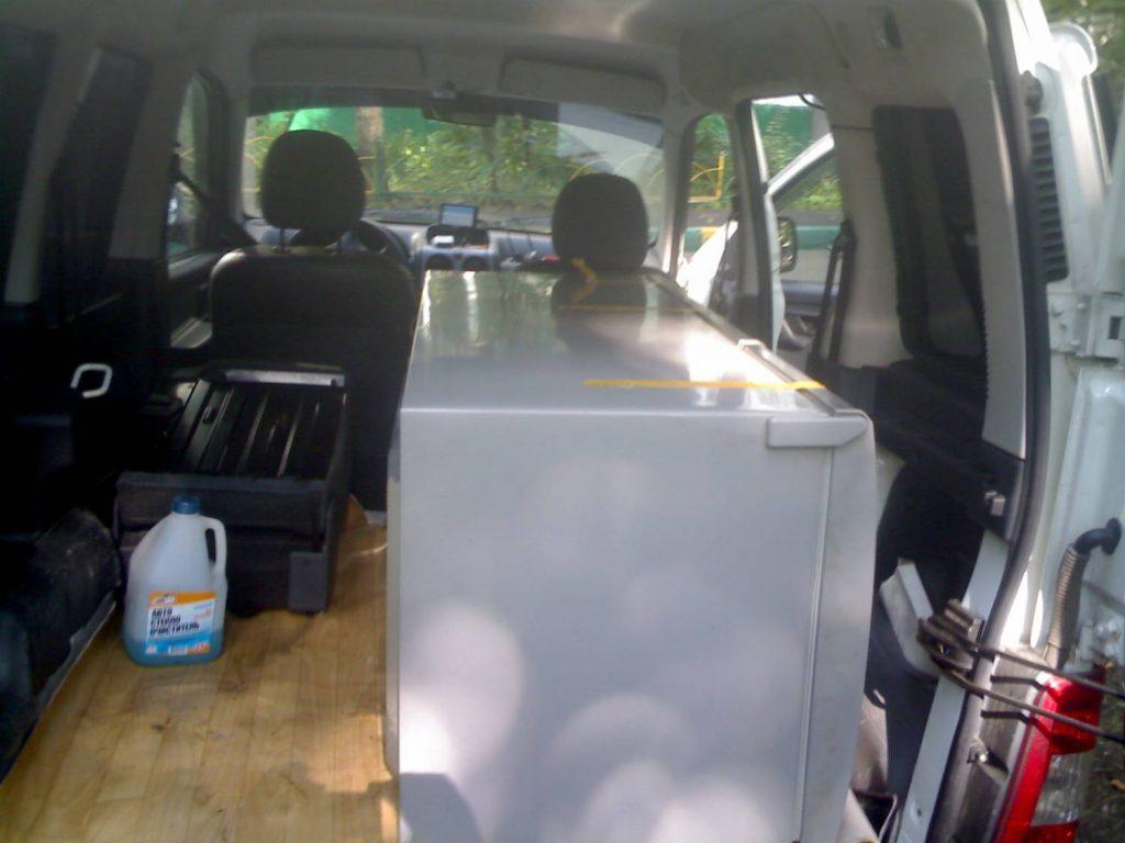 Почему нельзя перевозить новый холодильник лёжа, и как минимизировать риск поломки?